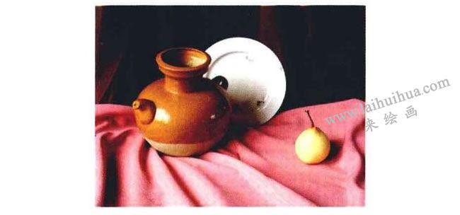 陶罐、瓷盘和梨子组合
