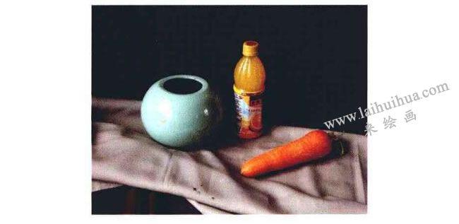 陶罐、饮料瓶和胡萝卜组合